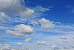 Nuvens em um fundo azul brilhante em um dia ensolarado Imagens de Stock