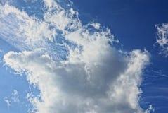 Nuvens em um fundo azul brilhante em um dia ensolarado Fotografia de Stock Royalty Free