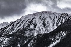 Nuvens escuras ao longo da passagem de montanha fotografia de stock