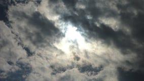Nuvens escuras backlit pelo sol Imagens de Stock