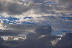 Nuvens escuras com o céu azul no fundo imagens de stock royalty free