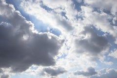 Nuvens escuras do ar no céu azul foto de stock royalty free