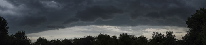 Nuvens escuras do céu antes do panorama do verão da chuva Foto de Stock Royalty Free
