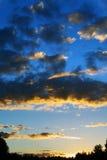 Nuvens escuras do por do sol imagem de stock