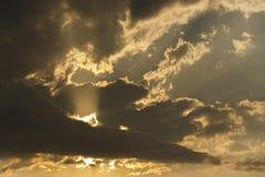 Nuvens escuras e relances do sol imagem de stock royalty free