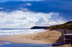 Nuvens escuras na costa do leste Portrush Foto de Stock