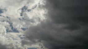 Nuvens escuras pesadas que flutuam no céu gravação do Tempo-lapso 4K, ultra HD, UHD filme
