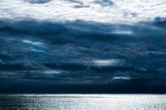 Nuvens escuras que formam acima das ondas calmas do Oceano Atlântico, ilha de bloco, RI imagem de stock royalty free
