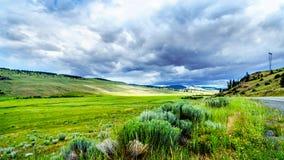 Nuvens escuras que penduram sobre a terra fértil e a Rolling Hills ao longo da estrada 5A perto de Nicola Lake, entre Kamloops e  fotografia de stock royalty free