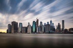 Nuvens escuras que vêm rapidamente sobre o Lower Manhattan de New York durante o dia nebuloso fotografia de stock