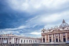 Nuvens escuras sobre a basílica de St Peter em Roma, Vaticano foto de stock