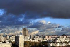 Nuvens escuras sobre a cidade fotografia de stock royalty free