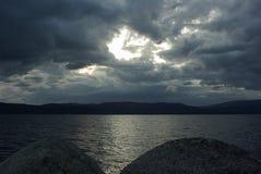 Nuvens escuras sobre o fiorde Foto de Stock Royalty Free