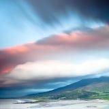Nuvens escuras sobre a península irlandesa do Dingle da costa foto de stock
