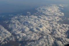 Nuvens finas brancas na opinião do céu do plano Foto de Stock Royalty Free