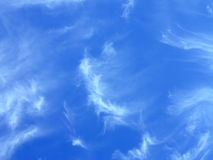 Nuvens Fleecy no céu azul Imagens de Stock