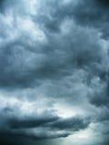 Nuvens frias no céu nocturno Foto de Stock