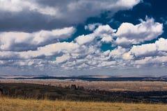 Nuvens grandes acima da terra imagem de stock