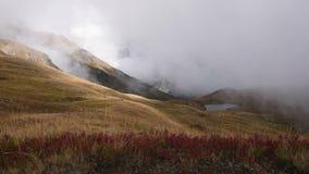 Nuvens grossas que cobrem um dos montes no cume caucasiano perto dos lagos Koruldi Svaneti superior, Mestia perto da passagem de  video estoque