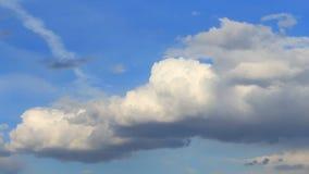 Nuvens inchado brancas do lapso de tempo no céu azul do fundo, vídeos de arquivo