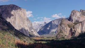 Nuvens inchado do dia sobre o vale de Yosemite, Califórnia video estoque