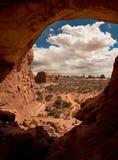 Nuvens inchado vistas através do arco de pedra Foto de Stock Royalty Free