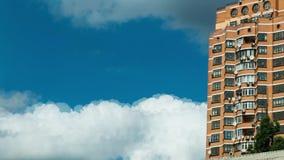 Nuvens inchados, nuvens brancas macias inchados do close up com constru??o do fundo do lapso de tempo do c?u azul C?u azul brilha filme