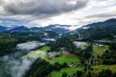 Nuvens místicos de Noruega foto de stock