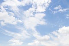 Nuvens macias brancas na imagem do céu azul Fotos de Stock Royalty Free
