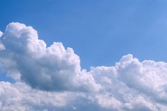 Nuvens macias brancas no céu azul vasto Natureza abstrata Backgr Fotografia de Stock Royalty Free