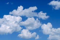 Nuvens macias brancas no céu azul vasto Natureza abstrata Backgr Foto de Stock