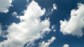 Nuvens macias brancas que movem-se lentamente no céu azul profundo claro no tempo do dia no tiro constante impressionante do clou filme