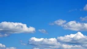 Nuvens macias brancas sobre o céu azul no dia ensolarado Fotos de Stock