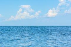 Nuvens macias brancas sobre o mar azul Imagens de Stock