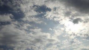 nuvens macias no céu azul backlit pelo sol Fotos de Stock Royalty Free