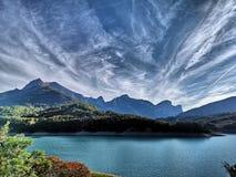 Nuvens majestosas sobre os cumes franceses foto de stock