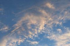 Nuvens moventes em um céu azul fotos de stock royalty free