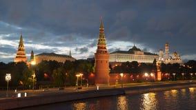 Nuvens moventes sobre o Kremlin de Moscou na noite filme