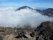 Nuvens na cratera vulcânica Imagem de Stock Royalty Free
