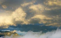 Nuvens na luz do sol nas montanhas de Equador Imagens de Stock Royalty Free