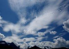 Nuvens na montanha do céu fotografia de stock