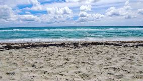 Nuvens na praia Foto de Stock