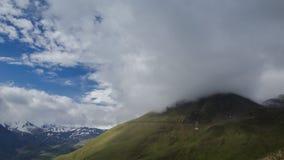 Nuvens nas inclinações vídeos de arquivo