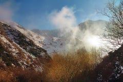 Nuvens nas montanhas abaixo do nível do pico no inverno em dezembro fotos de stock