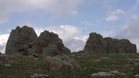 Nuvens nas rochas montanhosas video estoque