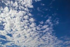 Nuvens no céu azul Imagens de Stock Royalty Free