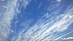 Nuvens no céu azul imagem de stock