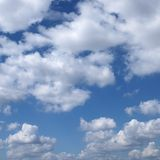Nuvens no céu azul. Imagens de Stock Royalty Free
