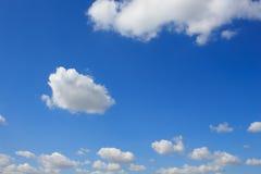 Nuvens no céu azul fotografia de stock royalty free