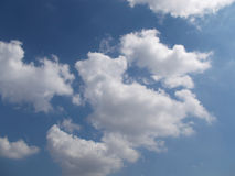 Nuvens no céu azul Fotografia de Stock